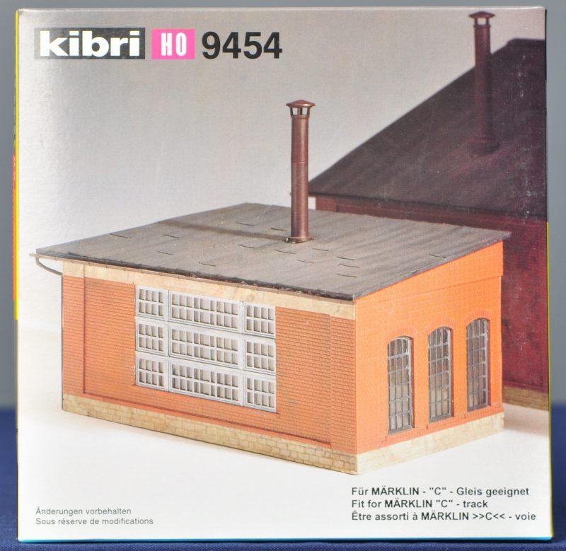 """""""Materiaalschuur"""". Twee modelbouwkits als uitbreiding voor locomotiefloods 9452. Compleet en in originele dozen."""