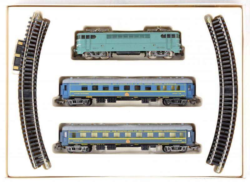 Een elektrische locomotief van de Franse spoorwegen met een restauratiewagen en een slaapwagen en een deel rails. In originele doos.
