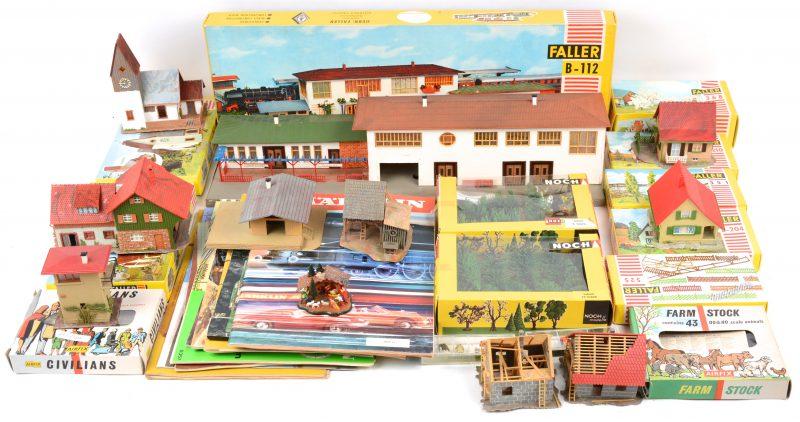 Een lot modelbouw op schaal HO, bestaande uit reeds geassembleerde gebouwen van Faller, doosjes met allerhande boompjes, diertjes en personages. Bijgevoegd ook enkele oude catalogi van Märklin.