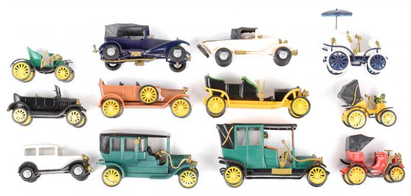 Een lot plastic modelautootjes van modellen van begin XXe eeuw.