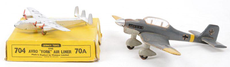"""""""AVRO York airliner"""". Een speelgoedvliegtuigje in originele doos. Bijgevoegd een houten model van een Stuka duikbommenwerper."""