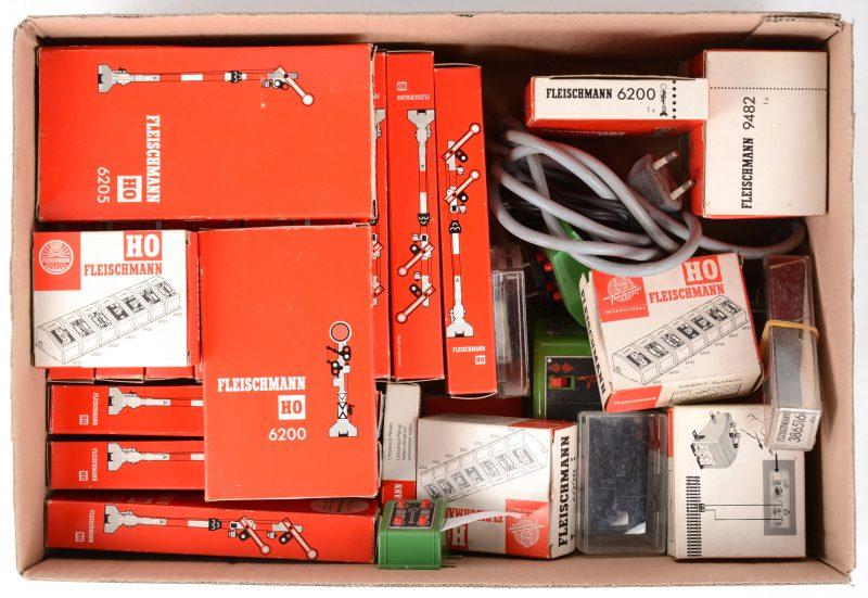 Een lot modelbaantoebehoren, bestaande uit seinen, schakelaars, transformators, enz. Grotendeels in originele verpakkingen.
