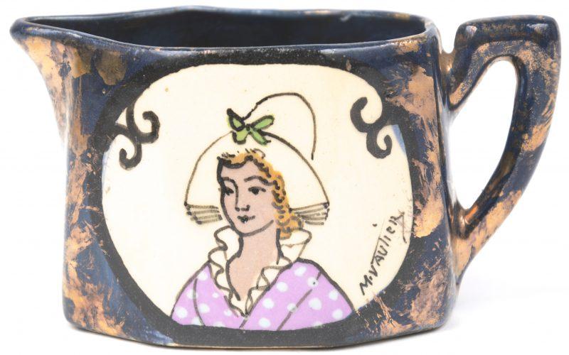Een geglazuurd aardewerken kannetje met een Normandische vrouw in het decor.