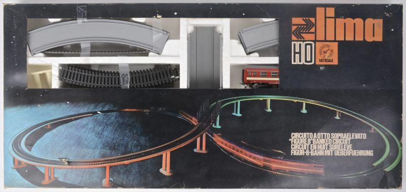 Een startersset met een locomotief met twee passagierswagons van de Franse spoorwegen op een 8-vormige baan. Schaal HO. In originele doos.