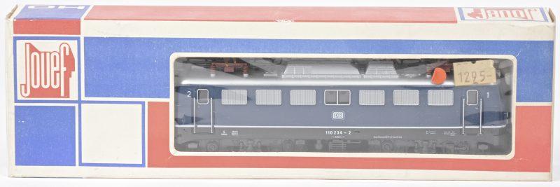 Een BR-110 elektrolocomotief van de Duitse Bundesbahn voor spoortype HO. In originele doos.