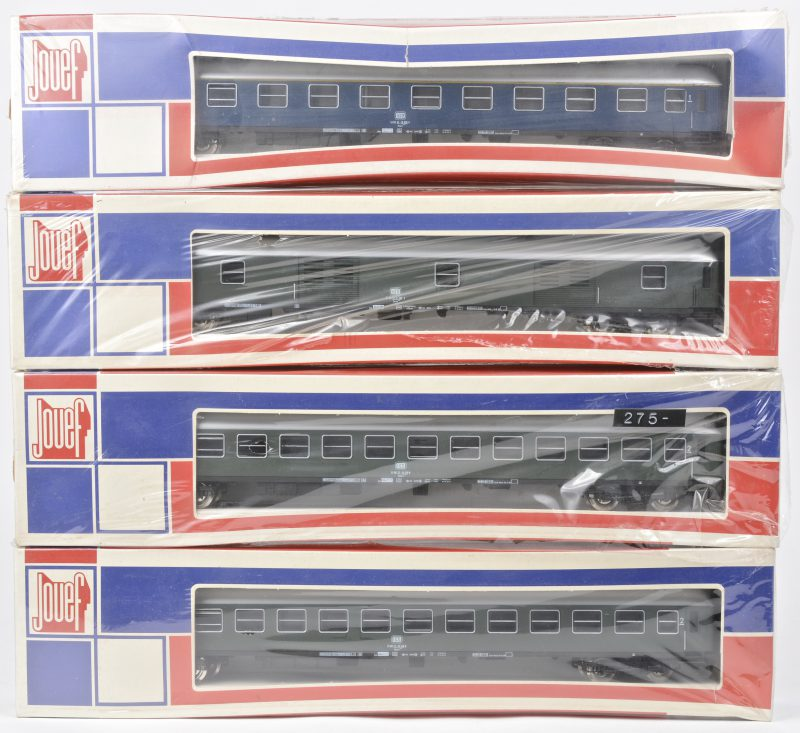 Een eersteklasserijtuig, twee tweedeklasserijtuigen en een bagagewagon van de Duitse spoorwegen voor spoortype HO. In originele dozen. Nieuwstaat.