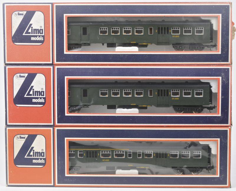 Drie passagiersrijtuigen van de Belgische spoorwegen voor spoortype HO. In originele dozen.