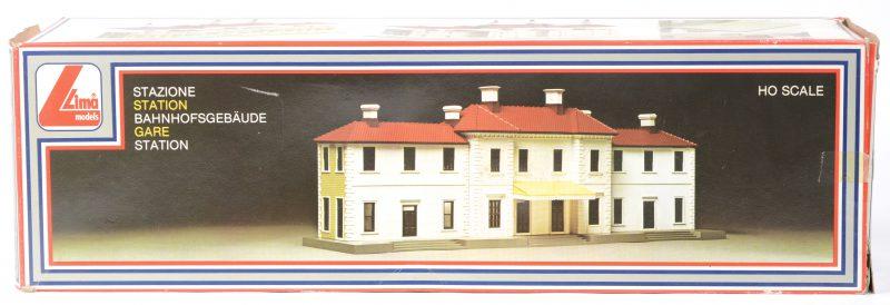 """""""Stationsgebouw"""". Een bouwpakket op schaal HO. In originele doos."""