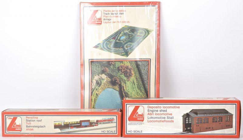 Een lot modelbaantoebehoren, bestaande uit een locomotiefloods, een stationsperron met afdak en een circuit-layout. Schaal HO. In originele verpakkingen.