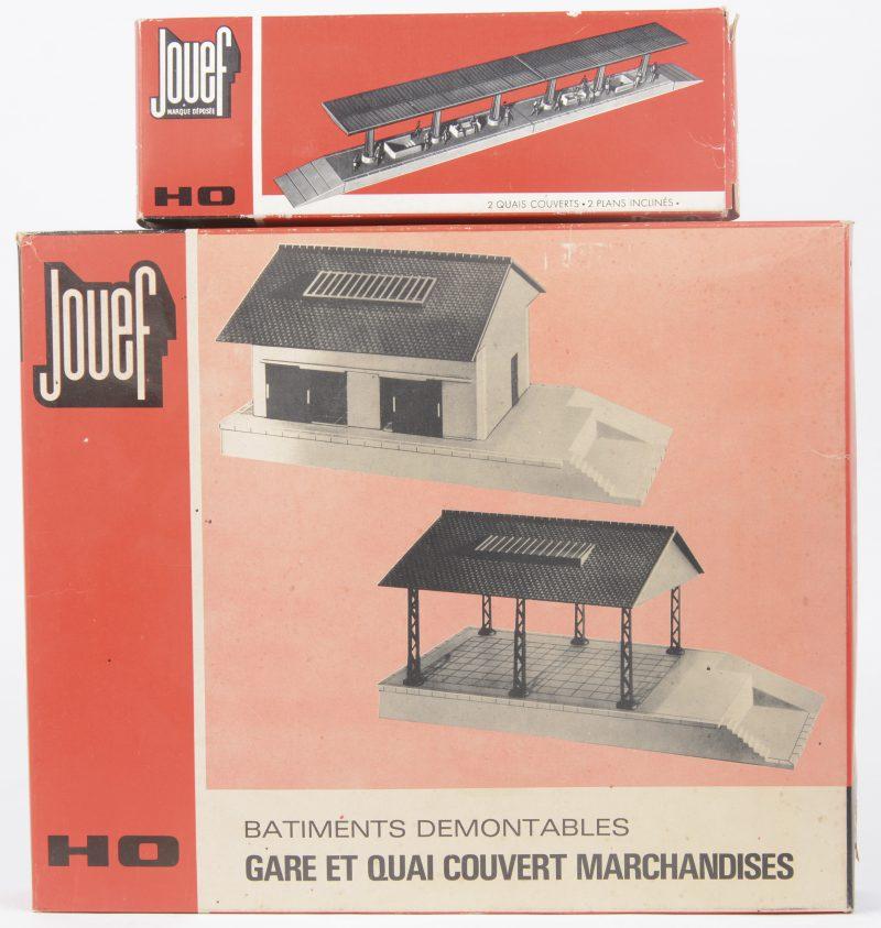 Een lot modelbaantoebehoren, bestaande uit een overdekt perron en een set met een garage en een overdekte goederenkaai. Schaal HO. In originele dozen.