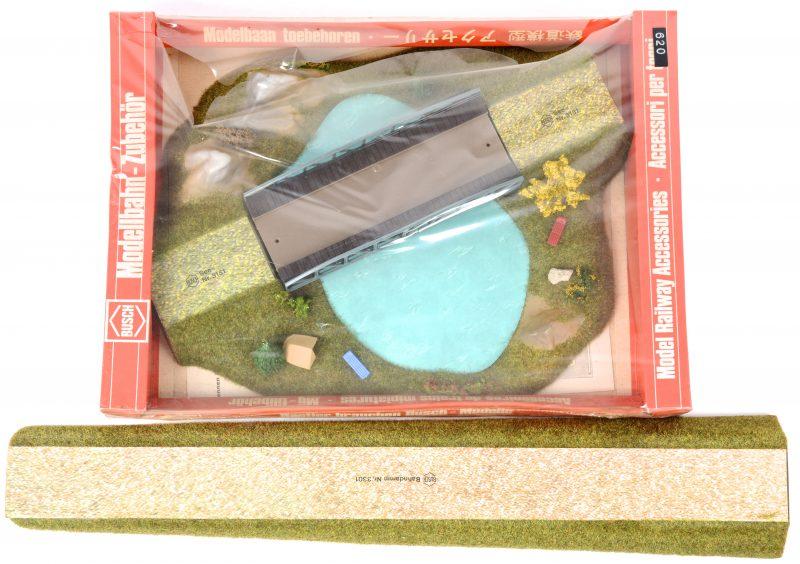 """""""Landschap met spoorwegbrug over een meertje"""". Geprefabriceerd diorama-onderdeel op schaal HO. In originele verpakking."""
