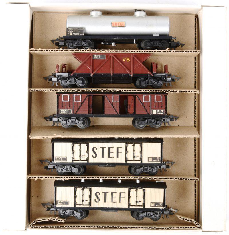 Een lot van vijf goederenwagons van de Franse spoorwegen, bestaande uit een tankwagen van Shell, een hopperwagon, twee gesloten houten goederenwagons en een gesloten goederenwagon met openende deuren. Spoortype HO.