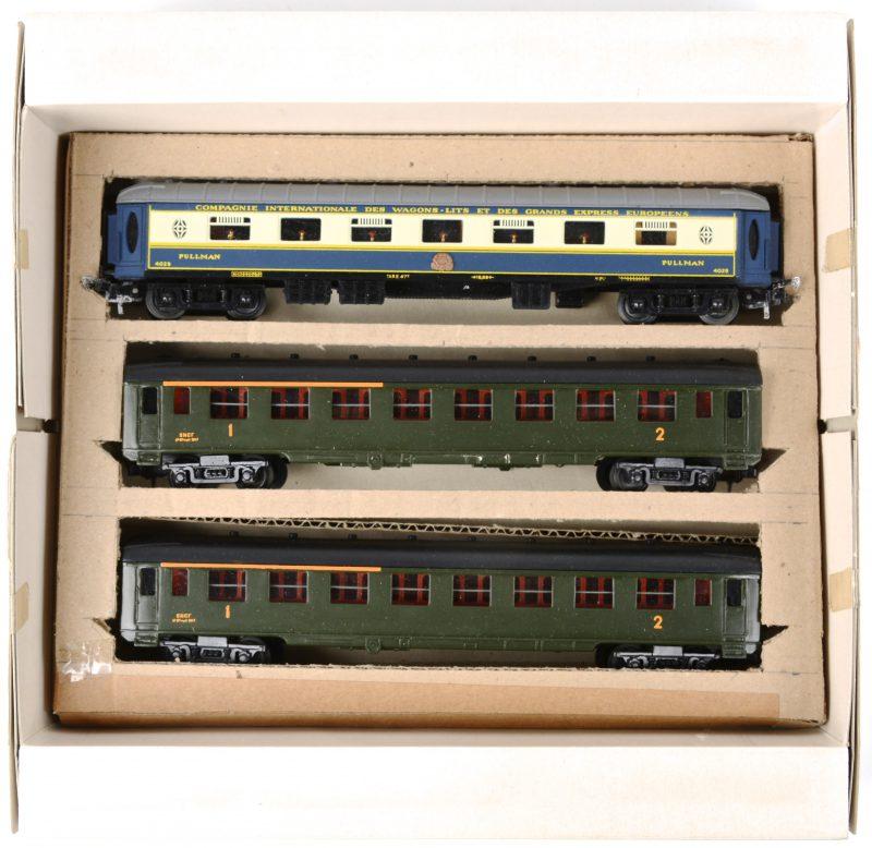 """Drie passagiersrijtuigen van de Franse spoorwegen, waarbij één Pullman restauratiewagen van de """"Compagnie Internationale des wagons-lits et des grands express Europeens'. Spoortype HO."""