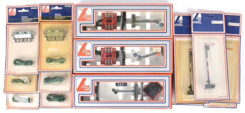 Een lot spoorwegsignalisatie op schaal HO met zes controlekastjes. In originele verpakkingen.