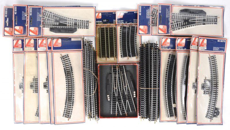 Een gevarieerd lot rails, type HO, bestaande uit twee opzetrails, manuele en elektrische wissels, korte en lange rails, recht en gebogen en enkele rails met elektrische aankoppelingen. Grotendeels in ongeopende verpakkingen.