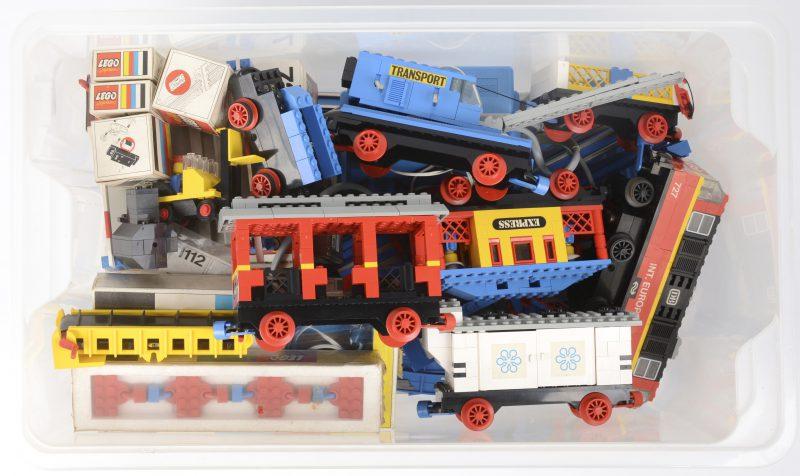 Een trein, een 12V transformator en een groot aantal sporen, waarbij vijf ongeopende doosjes. Enkele wagons niet compleet. Jaren '70.
