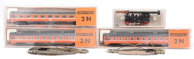 Twee tweedeklasse- en een eersteklasserijtuig van de Belgsiche spoorwegen (Ibertren 287 & 289). We voegen er een stoomlocomotief van de Duitse spoorwegen (Fleischmann) aan toe. Schaal N.