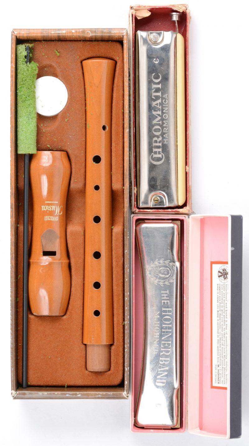 Een 'Hohnerband' mondharmonica en een 'Musica' C-sopraan-blokfluit. In originele dozen. We voegen er een tweede mondharmonica van 'Chromatica' aan toe. (Laatste met kleine beschadiging aan het kunststof)