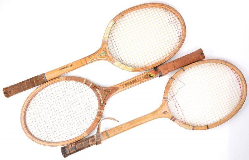 Drie oude tennisrackets. Slijtage.