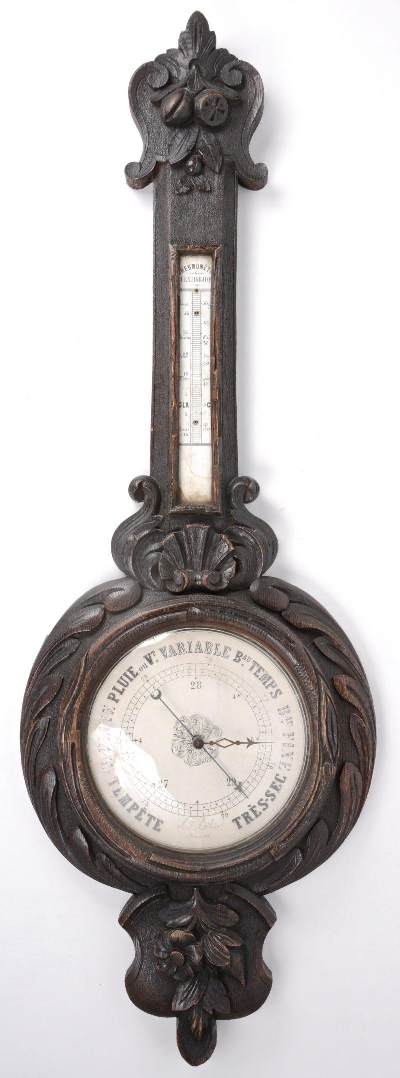 Een banjobarometer met gebeeldhouwd houten kast.