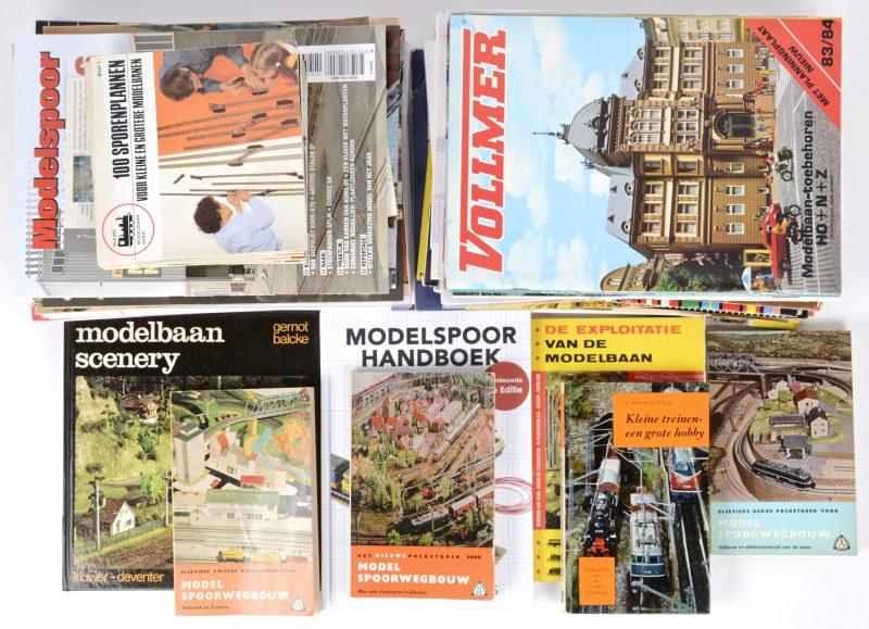 Een gevarieerd lot boeken, tijdschriften en documentatie met betrekking tot modelspoorbaan.