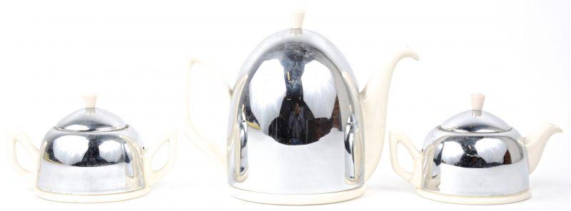 Een theepot, koffiepot en suikerpot van Gouds aardewerk en verzilverd metaal. Onderaan gemerkt.