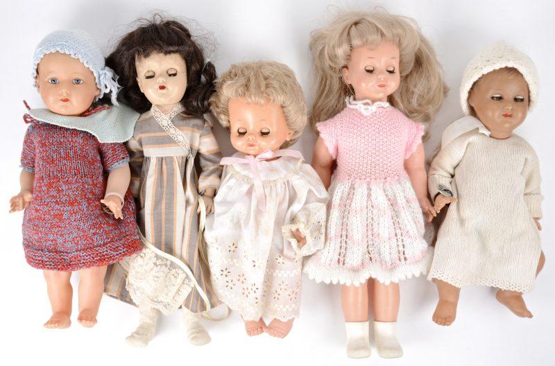 Een lot van vijf poppen, waarbij vier met slaapoogjes.