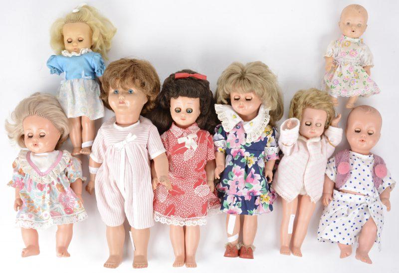 Een lot van acht kleine poppen, waarbij zes met slaapoogjes.