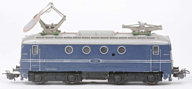Een serie 1100 elektrische locomotief van de Nederlandse spoorwegen op schaal HO. Zonder doosje. Periode 1958 - 1961.