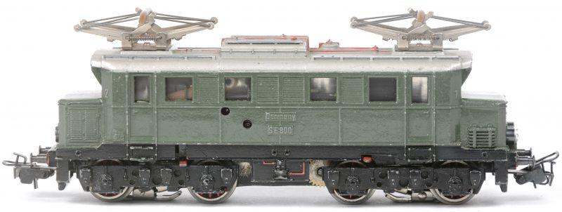 Een BR E-44 elektrische locomotief van de Duitse spoorwegen op schaal HO. Zonder doos. 1954.