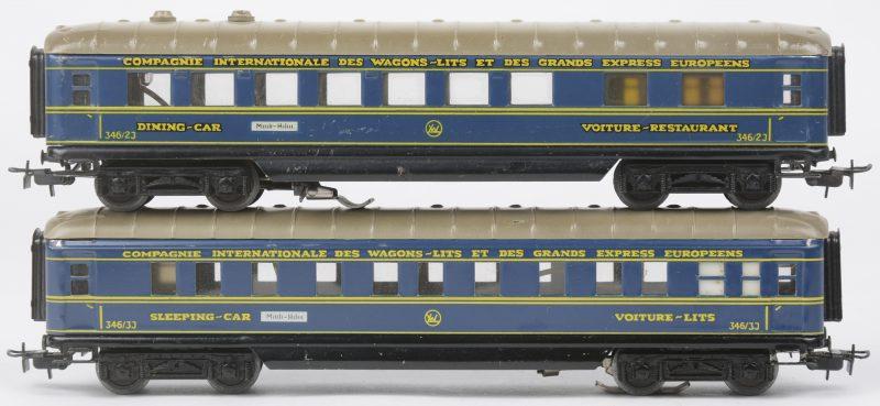 Een slaapwagon en een restauratiewagon van de 'Compagnie Internationale des wagons-lits et des grands express Europeens' op schaal HO. Met binnnenverlichting. In goede staat, maar zonder verpakkingen.