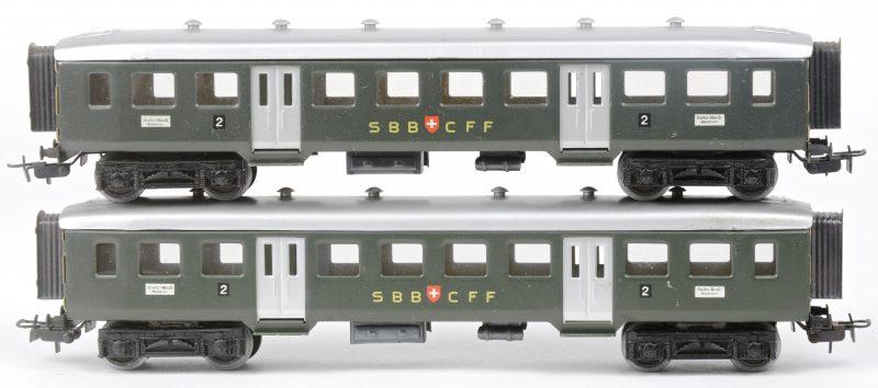 Twee passagiersrijtuigen van de Zwitserse spoorwegen op schaal HO. In goede staat, maar zonder doosjes.