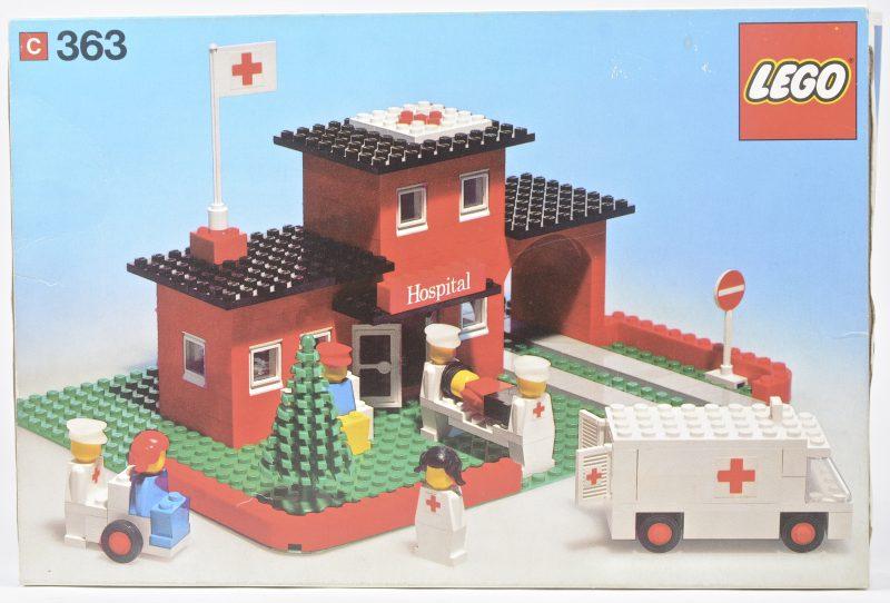 """""""Hospitaal met ambulance en personages"""". Een bouwset in originele doos. Met boekje. 1975."""