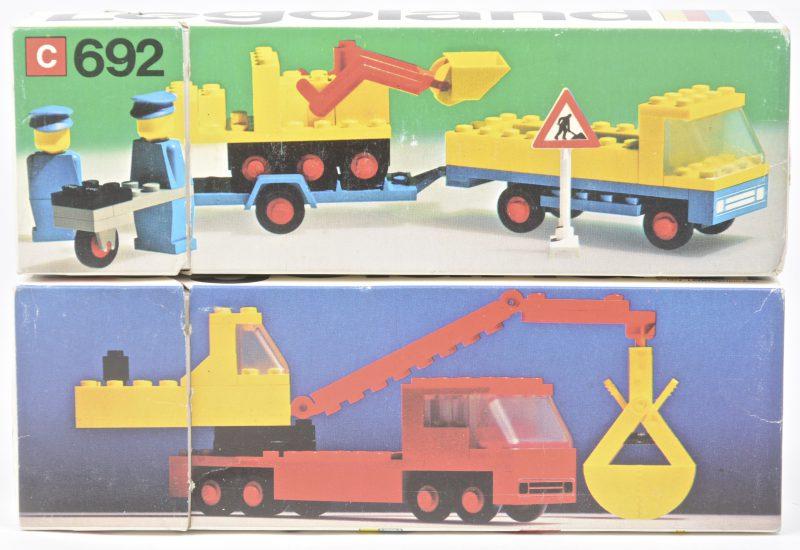 """""""Vrachtwagen met graafmachine en twee arbeiders met een kruiwagen"""" &""""Vractwagen met graafmachine"""". Twee bouwkits in originele dozen. Met boekjes. 1975 & 1974."""