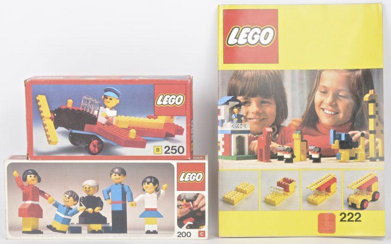 """""""Propellervliegtuig met piloot e.a."""" & """"Familie"""". Twee bouwkits in originele dozen. Met boekjes. 1974. Bijgevoegd een boekje met bouwideeën."""