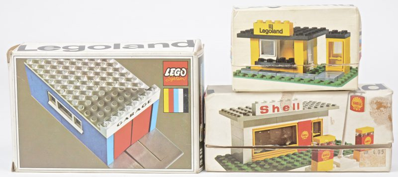 """Legoland bushalte met telefooncel"", ""Shell tankstation"" & ""Garage"". Drie bouwsets in originele doosjes. Met boekjes."