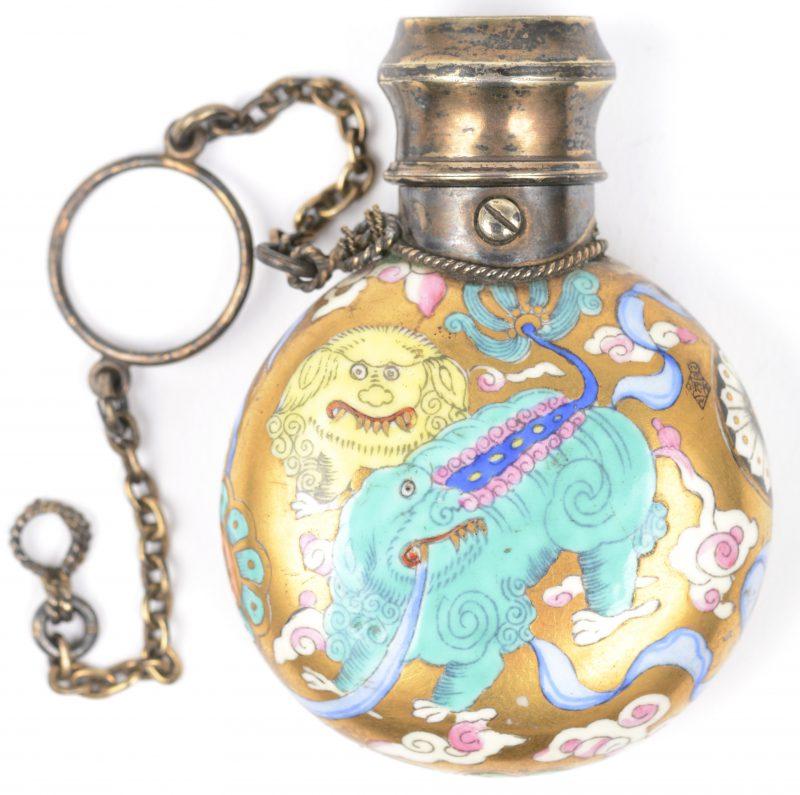 Een snuffbottle van polychroom porselein met een decor van fantasiedieren. Deksel met scharnier, keurmerk ag Londen initialen van de maker S.M.