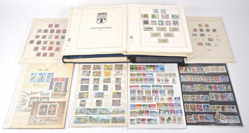 Een insteekboek met postzegels van de D.D.R. 1949-1977. Een klembinder met postzegels B.R.D. 1960-1986. En een restant van postzegelverzameling en postzegels Berlijn 1960-1981.