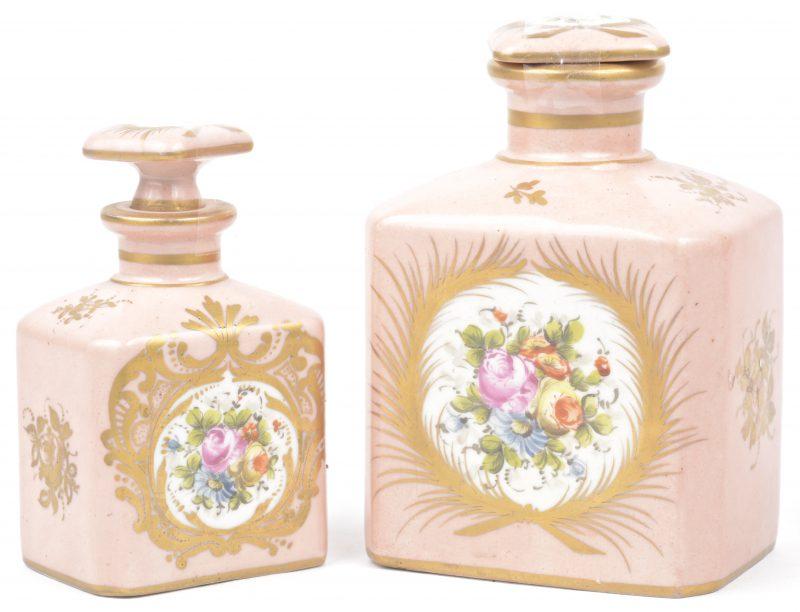 Twee porseleinen flesjes, versierd met een bloemenmotief in cartouche op roze fond. Eén stopje niet passend.