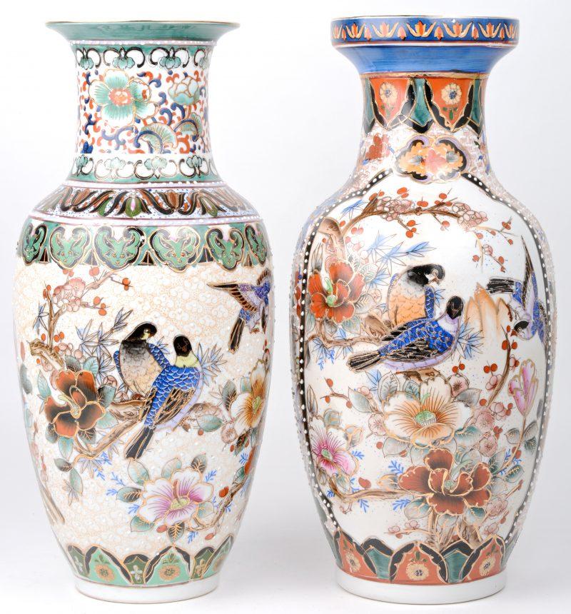 Twee verschillende balustervaasjes van meerkleurig Chinees porselein met decors van vogels en bloemen.