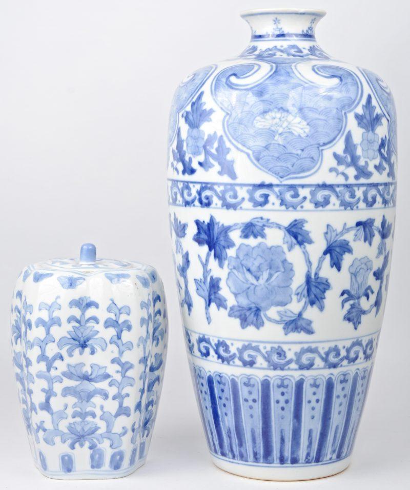 Een geribd dekselvaasje en een kruikvaas van blauw en wit Chinees porselein. Recent.