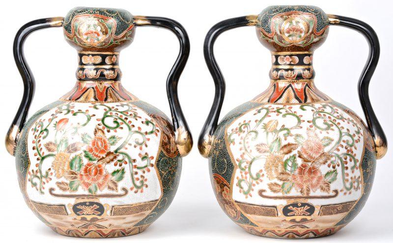 Een paar buikvazen van meerkleurig Chinees porselein met met goud omlijnde bloemendecors. Onderaan gemerkt.