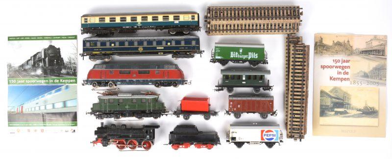 Een set oude marklin spoorwegmodellen. Drie locomotieven, zeven wagons en tien rechte spoorstukken. In zeer gebruikte staat met verschillende beschadigingen.