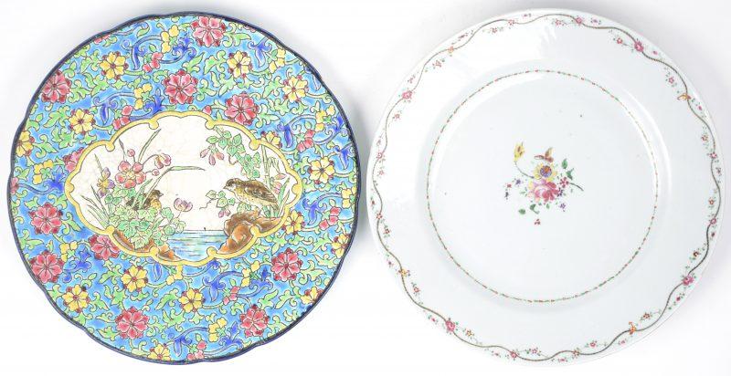 Een bord van meerkleurig aardewerk met een meerkleurig decor van kwartels in een cartouche op een achtergrond van bloemen.