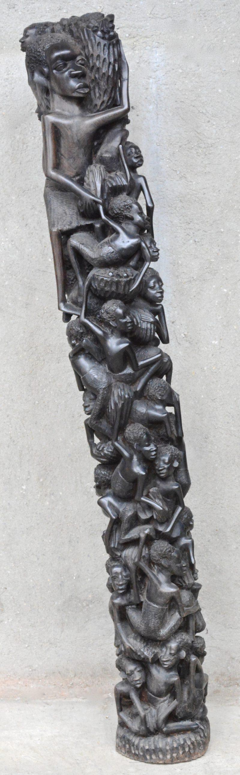 Afrikaans sculptuur met talrijke personages. Ebbenhout.