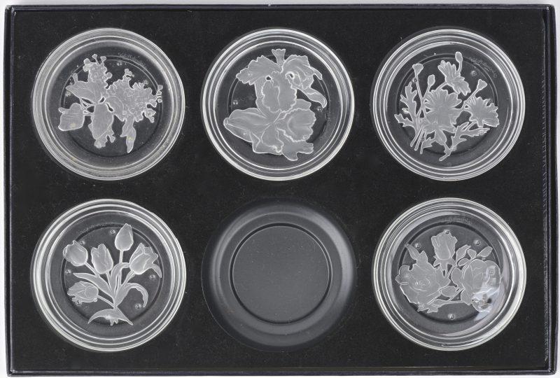 Een reeks van vijf met een gegraveerd en gesatineerd kristal. In origineel etui.
