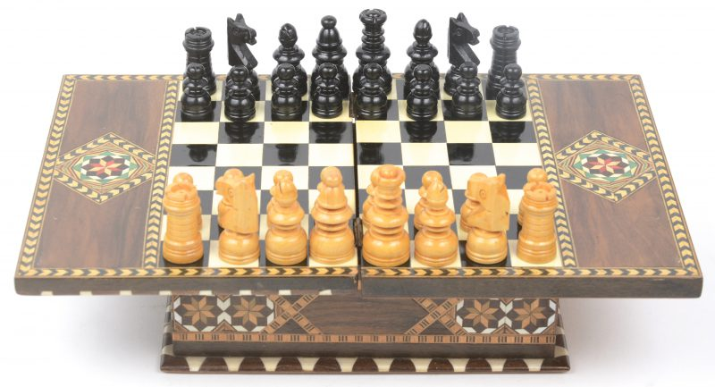 Een schaakspel in houten kistje met inlegwerk van diverse houtsoorten en been.