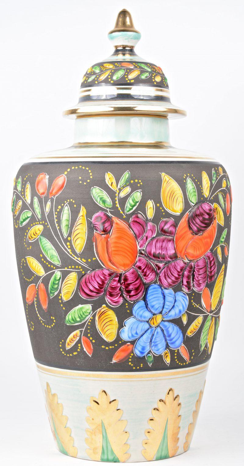 Een Italiaanse dekselvaas, versierd met florale motieven en verguldsel.