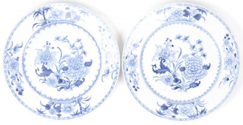 Een paar borden van Chinees porselein met een blauw op wit bloemendecor.