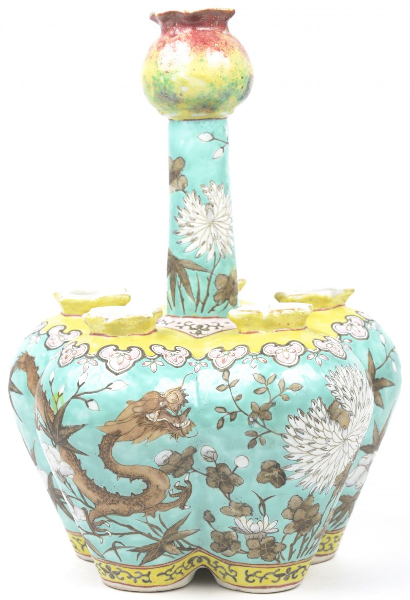 Een tulpenvaas van meerkleurig Chinees porselein met een decor van draken en bloemen.